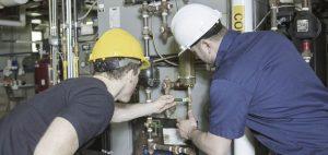 Deux techniciens examinent une valve