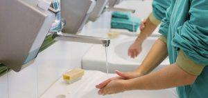 deux personnes qui se lave les mains